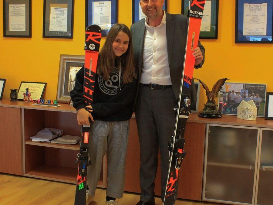 SOLTRA entrega unos esquís nuevos a María Martín-Granizo