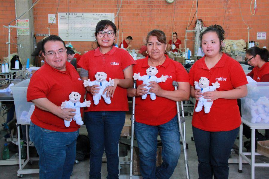 Los muñecos del Dr. Simi,  están hechos con manos llenas de amor